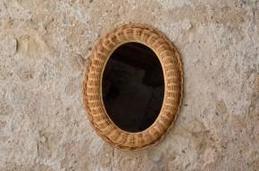 Finesse du travail de vannerie et douceur des formes, ce miroir vintage est plein de poésie. Seul ou en collection, ce miroir en rotin tressé apportera une touche déco rétro sur vos murs… Dans une forme ovale, et doté d'un encadrement en relief, voici une glace qui saura se montrer lumineuse bohème et authentique.