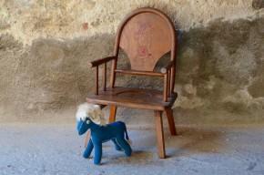 Un dossier tout en rondeurs et des détails tout en douceur, cet ancien fauteuil pot des années 40 est une pièce rétro originale et authentique! Probablement chaise haute à l'origine, un ancien propriétaire a eu la belle idée de lui offrir un petit piétement compas. Premier fauteuil pour le tout-petit, il conserve une belle patine et beaucoup de tendresse grâce à son petit dessin finement gravé dans le dossier!