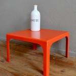 Cette petite table basse carrée nous vient des années soixante dix, elle est haute en couleur et pleine de peps. Réalisée en plastique moulé et d'un rouge vif et franc nous aimons la vitalité de son design. De petites dimensions, nous l'imaginons dans un petit salon ou dans un boudoir, mais elle saura se muer en chevet dans la chambre à coucher.