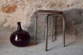 Ce petit tabouret est réalisé en bois et métal. La simplicité et la solidité de sa fabrication, ainsi que sa patine d'usage épaisse le classent dans la catégorie des meubles d'atelier. Nous adorons son design minimaliste et fonctionnel, ainsi que son vécu profond. Il est d'une stabilité à toute épreuve et constituera une assise d'appoint idéale. Mais c'est dans un usage détourné que nous aimons imaginer sa vie future : chevet indus, porte-plantes original ou présentoir vintage, tout est possible!