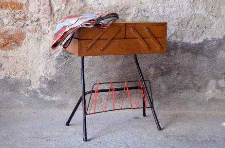 A l'Atelier, nous aimons beaucoup les boîtes à couture et les petits rangements destinés aux grands bricoleurs! Cette travailleuse des années 50 ne déroge pas à la règle et propose un look fifties ravissant. Son caisson de rangement en bois repose sur un superbe piétement tubulaire noir plein d'élégance... Un porte-revues en scoubidou vert permettra en plus d'y glisser patrons et livres de travaux... Plus d'excuses, en avant la créativité!