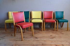 """A la fois simples et ingénieuses, nous aimons les chaises """"Bow Wood"""" éditées par Steiner dans les années 50. Le piétement est travaillé d'une seule pièce par côté, en frêne massif courbé. Une bague en laiton, unique point d'attache, assemble piétement et dossier, assurant souplesse et grand confort d'assise. Cette série époustouflante et sculpturale est constituée de 3 paires de couleur différentes. On ne pouvait rêver mieux pour dynamiser la déco d'une cuisine ou d'une salle à manger . Des lignes joliment rétro, une technique pleine de modernité et une ergonomie à toute épreuve, cette série de chaise colorée """"so fiftie"""" nous charme et nous amuse !"""
