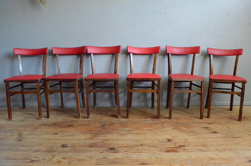 Attention Objet Vintage Non Identifié! Voici une jolie série de six chaises bistrot vitaminées et atypique : Elles on en effet été tapissées d'un vinyle rouge pop il y a quelques dizaines d'années ! Le skaï et les clous de tapissier viennent leur donner un petit air rockabilly et impertinent, les assises bois classiques des bistrot en devient plus confortable grâce au garnissage . Cette jolie série de 6 chaises vitaminée et unique saura donner du piquant à la déco d'une cuisine originale.