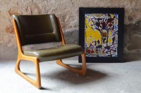 Le design de ce fauteuil Baumann est tout simplement époustouflant. En proposant une assise basse, un piétement traîneau et une allure volontaire le fabricant franc comtois nous a offert un petit bijou de moderniste et de dynamisme. L'utilisation du contreplaqué autorise le cintrage du dossier ainsi qu'un aspect profilé. Il en résulte une vision décoiffante du fauteuil lounge en cuir !