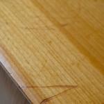 Cette ravissante enfilade vintage est probablement une production suisse des années 60. Ses lignes sont emplies de douceur et ses finitions sont exceptionnelles. Façades des tiroirs et chant du plateau sont dessinés avec beaucoup d'élégance et de finesse. Le délicat chanfrein confère douceur et légèreté à ce meuble rétro d'exception. Nous aimons beaucoup la teinte du bois, probablement de l'orme, et le travail du placage. Meuble TV ou Hifi remarquable, ce bahut sixties se pare également de jolies poignées en laiton et offre une série de rangements bien pratiques!