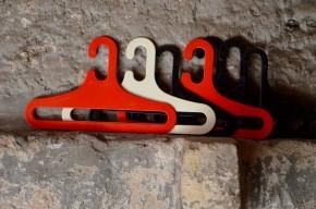 Cintre lot série portant vintage coloré noir blanc rouge design italien finlande Karhumuovi MK space age plastique