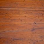 Cette enfilade dessinée par Johannes Andersen dans les années 60 est d'une grande beauté et surtout très représentative du design scandinave. Ses lignes très organiques sont d'une belle finesse et intègrent harmonieusement les détails fonctionnels du meuble. On aime notamment l'élégance des poignées, émanant subtilement des tiroirs et dévoilant la finesse des finitions. Le système de fermeture à rideaux du caisson est exceptionnel d'ingéniosité : assemblage mobile de fines lattes de teck glissant dans les parois latérales du meuble. La teinte du teck est chaleureuse, les dimensions majestueuses et la capacité de rangement phénoménale... Une pièce d'un grand maître du design scandinave qui fait palpiter les coeurs!