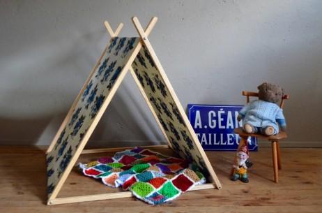 Tente Marielle collectionne les nains de jardin et excelle au crochet. Elle a choisi un tissu très ancien, dans les tons gris et bleu. Son motif floral date des années 40 mais a conservé tout son charme! La tente-cabane « Belle Etoile » deviendra bientôt le repère préféré des petits rêveurs…