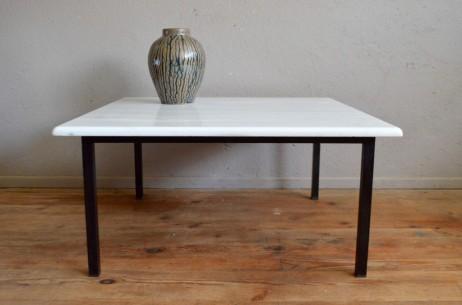 Matériau chic et intemporel, le marbre fait un retour fracassant dans nos intérieurs. Vénéré par les grands designers dans les années 70, il réchauffe les lignes minimalistes en apportant son élégance et le caractère unique d'une matière vivante. Cette table basse vintage n'échappe pas à la règle. Le piétement en métal noir est d'une belle simplicité, mettant en avant le plateau en marbre blanc grisé. Ces lignes minimales et la belle association de matières démocratisent l'emploi du marbre dans la décoration intérieure, et font de cette table seventies une pièce rétro facile à adopter.