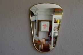 Ce mini-miroir « rétroviseur » aux lignes '50 et au look rétro est de très belle facture! Ses dimensions réduites et sa forme libre habilleront les murs de l'entrée ou de la chambre en apportant une touche vintage, et beaucoup de bonne humeur!