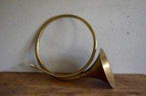 Cor de chasse instrument de musique ancien cuivre patine déco vintage musicale french chasse à courre campagne shabby chic cabinet de curiosité