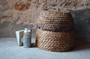 Confectionnées à la main, ces ruches médiévales sont en paille de seigle. L'ensemble est composé d'une ruche et de sa hausse. Elles peuvent évidemment toujours accueillir une reine, ses ouvrières et autres acolytes... Le tressage de la paille est splendide, on imagine également une reconversion réussie en panier à joujoux ou à livres... Ce sont des ruches anciennes qui datent du début du 20e siècle, elles ont été utilisées et ... habitées.