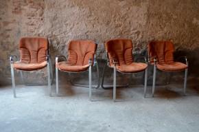 Cidue est un célèbre éditeur italien de mobilier haut de gammes. Dans les années soixante dix la marque proposera de nombreuses assises en structure d'acier chromé aux formes époustouflantes. Cette série de 4 fauteuils de salon est réalisée en acier chromé et est agrémenté de coussins en cuir retourné. Nous aimons la présence des ces pièces faites de brillance et de transparence ainsi que le contraste de texture et de  couleur entre le cuir brique et le métal aux reflets argentés. La conception des chaises les rendent d'un confort inégalé, d'une souplesse féline.