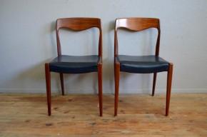 Cette paire de chaises en teck des années 60 affiche de superbes lignes et un look résolument scandinave. A la fois fines et sobres, on aime le piétement fuseau, le galbe du dossier et le contraste des matières. Teinte et veinage du teck massif sont mis en valeur par le simili au noir profond et le travail tout en courbe des pièces de bois massif. Une élégance typée pour un produit dans l'air du temps.