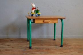 Nous avons aimé le piétement tubulaire gris vert de ce petit bureau enfant qui fleure bon la salle de classe d'antan. Avec son petit tiroir et chaussé de ses patins au caoutchouc,  il possède un look inévitablement rétro. Compagnon des premiers bonhommes têtards et des prénoms écrits avec les lettres en miroir, il sera l'accessoire de dessin parfait dans une jolie chambre!  Il ne reste plus qu'à chiner la petite chaise assortie!