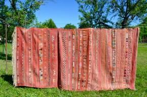 On ignore s'il est berbère ou baluch, mais ce tapis ancien nous a séduit. En laine tissée et nouée, ultra colorée, les motifs géométriques sont gais et chaleureux, très actuels et faciles à intégrer! Les dimensions de ce tapis le rendent majestueux, faisant de cette pièce rétro un élément déco exceptionnel... Sur un béton ciré ou un parquet ancien, il soulignera les belles matières et apportera une touche bohème lumineuse!