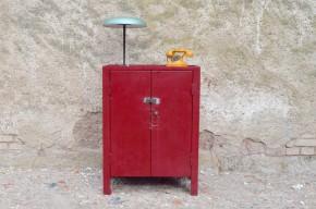 Ce meuble d'atelier provient d'une ancienne fonderie dont il conserve une partie de l'histoire ! Sa belle patine d'atelier et sa peinture rouge camion de pompier révèle une vie de labeur bien remplie! Nous aimons son look indus, véritable et authentique. Pratique jadis au sein de l'atelier, il saura se mettre au services de nouvelles fonctions : Desserte pour les bricoleurs, meuble à chaussure, rangement d'appoint ou vaisselier à la maison., toutes les raisons seront bonnes pour adopter ce joli meuble au look ... brut de fonderie !