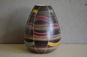 Ce joli vase ventru est colloré est une production Suisse des années soixante soixante dix. Il a été fabriqué USC, pour la coopérative de consommateurs VSK ((Verein schweizerischer Konsumvereine).