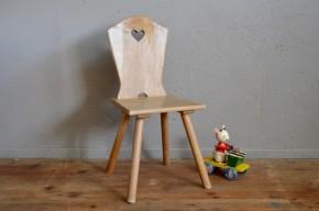 """Cette petite chaise enfant semble sortir des contes des frères Grimm! Tout en bois, ses lignes minimalistes voire rustiques sont touchantes et attachantes. Dossier en forme de buste, petit cœur taillé dedans  et piétement qui nous fait penser aux pattes du """"Cochon qui rit"""", cette assise rétro est une invitation au Pays des Merveilles!"""