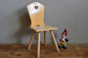 En bois massif rempli de douceur, le mobilier enfant a toujours un charme fou! Cette petite chaise enfant aux lignes rustiques, avec son petit cœur dans le dossier, semble sortir tout droit d'un conte des frères Grimm... Et si l'on ferme les yeux, on l'imagine dans un chalet en pain d'épices au milieu d'une épaisse forêt de sapins, non loin de la cheminée...