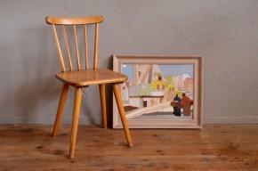 Les enfants aussi apprécient le style scandinave ! Jolie silhouette pour cette petite chaise à l'inspiration rustique et nordique.  Nous apprécions sa teinte dorée et son lustre lumineux ainsi que ces formes arrondies, tout en douceur. Elle donnera sa touche vintage à la déco des bouts de chou!