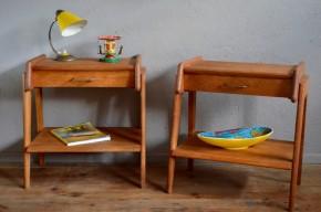 Duo de choc! Cette paire de chevets est renversante! En chêne massif doré et ciré, ces petits meubles rétro datent des années 50. Leurs lignes reflètent à merveille le renouveau du design en matière d'ameublement au milieu du 20ème siècle. Lignes franches, minimalisme, belle matière, le mobilier reconstruction a un charme fou, celui de l'authenticité et de la sincérité. Le piétement compas rempli d'énergie, les débords du plateau et la qualité d'exécution de ces tables de nuit nous séduisent! Voilà un tandem qu'on aime!