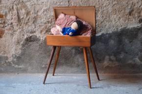 Cette boite à couture en bois est certainement une réalisation maison. Le coffre en bois et juché au dessus d'un long piétement compas.  Idéael pour y réserver le petit matériel de bricolage ou de grands trésors. Détournée de sa fonction première, la travailleuse s'avérera un chevet original ou un bout de canapé audacieux.