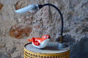 Cette lampe d'atelier originale était destinée à l'éclairage des postes de travail. Aimantée et flexible, elle devait se fixer directement sur les machines outils tels que les tours, presses ou autre fraises afin d'apporter un éclairage précis et souple... Nous adorons son allure authentique d'atelier, sa silhouette de personnage de dessin animé et sa souplesse d'utilisation.