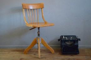 Cette jolie chaise pivotante nous vient de Suisse, elle a été produite en 1954. Elle possède un look d'atelier adouci par la teinte claire et chaleureuse du bois. Nous aimons les épaisseurs de l'assise et du piétement qui viennent contraster avec les éléments de bois courbé du dossier. Cette jolie chaise est réglable en hauteur, elle deviendra un siège de bureau idéal.