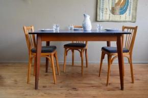 """Des lignes simples évoquant la chaleur des bistrots années 60, mais un plateau pétillant rénové """"bleu roi"""", cette table rétro a de l'allure. Son piétement en bois massif est élégant et simple, les lignes pleines d'authenticité. Quant au plateau, chaud devant, il a été rénové """"bleu saphir""""! A la fois douce et vitaminée, cette table vintage distillera sa bonne humeur du petit déj' au souper. En voilà une qui a le modjo!"""