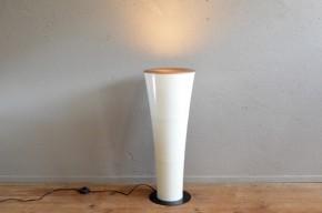 Le design particulier de cette lampe de sol nous a interpellé. Dans un couloir ou une grande pièce, elle saura distiller une lumière douce indirecte.  Avec ses formes futuristes, son déflecteur or, on l'a dirait sortie du décor d'Orange mécanique ou d'un vaisseau spatial!