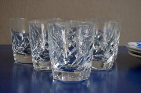La verrerie fondée à Wingen-sur-Moder par René Lalique est un des fleurons du luxe français. Véritables orfèvres de la lumière, les créations anciennes aussi bien que contemporaines jouent avec les reflets, les fausses opacités et les éclats. Cette série de 5 verres à Whisky est finement ouvragée, pleine d'une élégante transparence. Gobelet à Whisky ou verre à eau, ils sauront apporter lumière et chic à une jolie table.