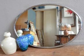 Avec son cadre en métal chromé à facette, ce joli miroir possède une jolie allure aux accents art déco. A suspendre ou à poser, à la vertical comme à l'horizontal il saura refléter un charme rétro et déco!