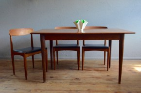 Table scandinave en teck des années soixante vintage pieds fuseaux et rallonges papillon intégrées