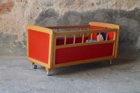 Lit de poupée jouet enfant en bois pieds compas rouge pop années cinquante style chambre bébé
