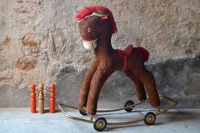 Cheval à roulette cheval à bascule jouet vintage années 70 seventies décalé déco pop antic french toy rocking rolling horse moumoute seventies