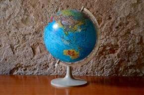 Globe terrestre lumineux mappemonde décoration voyage années 70 pied tulipe plastique Scan Globe A/S space age