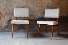 Paire de chauffeuse design moderniste reconstruction français des années cinquante vintage tout bois et skaï