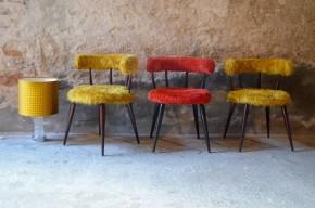 Il arrive que certains objets vintage nous réserve de sérieuses surprises funky et colorées ; pour notre plus grand bonheur. Ces joyeux fauteuils nous surprennent autant qu'ils détonnent avec eux leur dose de bonne humeur. Nous aimons leurs formes vintages, leur pieds fuseaux élancés en bois laqué et surtout leurs fausses fourrures colorés. En fauteuil d'appoint dans une déco qui ne se prend pas au sérieux, devant une coiffeuse ou en valet de chambre, ils sauront apporter une touche échevelée à votre intérieur.