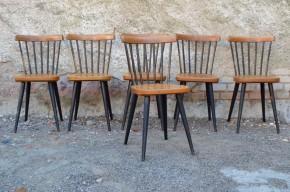 Voilà une série de 6 chaises sacrément pimentée, version rockabilly tonique de la fameuse chaise scandinave Fanett d'Ilmari Tapiovaara. Le contraste laque noire/bois clair est dynamique et original, et les lignes franches et pétillantes. On aime beaucoup les obliques produits par le piétement compas et le dossier à petits barreaux. Ces chaises des années 60 allient esprit scandinave et design pop, parfaites pour une petite touche rockab' dans la cuisine… Grand coup de coeur à l'Atelier!