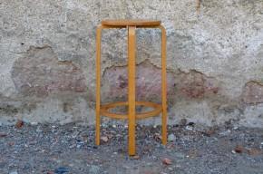 Alvar Aalto est une figure majeure du design scandinave. Il produit des pièces au fonctionnalisme sérieux, rationnel mais il sait adoucir son trait d'aspects naturels bienveillants. Ce tabouret haut est un bel exemple du travail d'Aalto, la simplicité essentiel des formes conduit à un design léger, clair et évident mais sans jamais laisser de côté l'ergonomie, le confort et la longévité des produits!