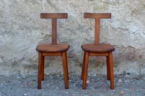 """Du grain, de l'allure, du style, de l'originalité voire du spectaculaire... Cette paire de chaises à un """"on-ne-sait-quoi"""" qui nous renverse! La matière bruten est travaillée dans l'épaisseur apportant force et rusticité à ces assises anciennes. Les lignes monacales voire primitives sont minimalistes mais saisissantes : 4 pieds droits, une assise douce et un dossier T majestueux. L'aspect brutaliste de cette paire de chaises est adouci par la noblesse des matières et un beau travail d'assemblage. A l'Atelier, nous aimons le caractère de ces pièces rares... Chaise remarquable, valet de chambre ou salle de bains, chevet original, à vous de jouer!"""