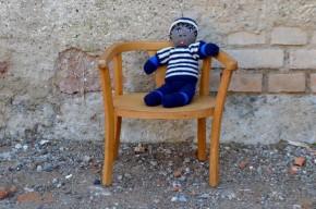 Comment ne pas fondre devant ce très joli fauteuil Baumann des années 50! Première petite chaise pour le tout petit, il est stable et confortable : dossier et accoudoirs forment une sorte d'arceau, assise accueillante. Surtout, ses lignes tendres et rétro la rendent attachante, devenant une pièce déco à part entière. Il sera difficile de ne pas la chiper aux enfants, on vous a à l'oeil!