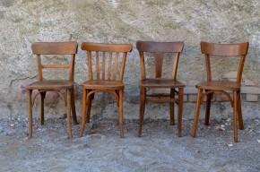 """Toutes bistrot, toutes différentes !!! Esprit """" Mix & match """" pour cette série de chaises bistrot des années 50. Dans une ambiance rétro, cet ensemble de chaises est constitué de 4 modèles différents, en bois demi teinte. Solides et indémodables, ces chaises vintage s'accordent à merveille. A noter que tous les dossiers sont différents! Authentiques, elles seront parfaites dans une cuisine animée et joyeuse."""