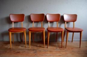 """Nous avons succombé au charme de cette série de chaises des années 60. La finesse de son piétement est ravissant et allège l'allure cette chaise vintage au look bien trempé. Assise et dossier sont en skaï couleur """"écureuil"""", teinte facile à adopter, généreuse, élégante et originale. Cette série de chaises rockabilly """"sage"""" est très confortable et agrémentera chaleureusement le coin repas."""
