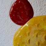 """Nous connaissions et apprécions les luminaires du designer François Chatain, mais n'avions encore jamais rencontré pareil spécimen format XXL. La petite entreprise française a connu un succès important dans les années 70 en proposant des lampes de sol ou de table. La qualité des céramiques en font des pièces d'exception, les lignes mêlent élégance et originalité. Personnalisables, il était possible de choisir la taille, les couleurs et la finition de l'émail de chaque pièce. Cette pièce de la collection """"Cactus"""" des années 70 est exceptionnelle! De très grande taille, la lampe devient un élément déco magistral, aux couleurs éclatantes relevés par un émaillage légèrement irisé. Cette lampe à poser nous offrira sa jolie silhouette et diffusera une douce lumière une fois la nuit tombée! Voilà une très jolie pièce de design français!"""