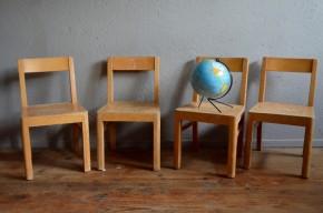 """Les chaises enfant anciennes ont souvent un """"on ne sait quoi"""" de tendre et d'émouvant. Tout en bois, celles-ci sont faciles à associer à un bureau rétro. Les lignes simples sont intemporelles et emplies de charme."""
