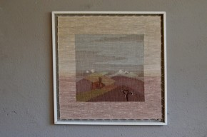"""Tendue sur un panneau de bois, cette toile en laine tissée artisanalement fleure bon la douceur scandinave : matière chaleureuse, dessin minimaliste en filigrane, travail minutieux... Nous aimons l'originalité de ce tableau en laine, sa transparence, son inspiration """"Hygge""""... Une belle alternative aux posters et reproductions actuelles, cette tapisserie apportera sérénité à votre intérieur, une tendre douceur à la chambre du tout petit..."""