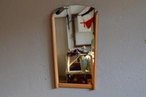 Les miroirs rétroviseurs sont des pièces vintage icônes des années 50. Lignes particulières simples mais originales, ces petites pièces sont des éléments déco stratégiques! Nous aimons beaucoup cette version élégante du miroir fifties. L'utilisation du bois adoucit l'allure du miroir et apporte une note chic à ce miroir. Joli clin d'œil fifties à adopter aussi bien dans l'entrée que dans la chambre!