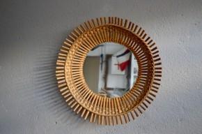 Soleil et corbeille à la fois, voilà un miroir vintage en rotin qui a plus d'un tour dans son sac! Nous aimons sa belle originalité, et la profondeur qu'offrent ses lignes toutes en volume! Dans n'importe quelle pièce de la maison, il fera entrée une jolie note bohème, douce et élégante à la fois!